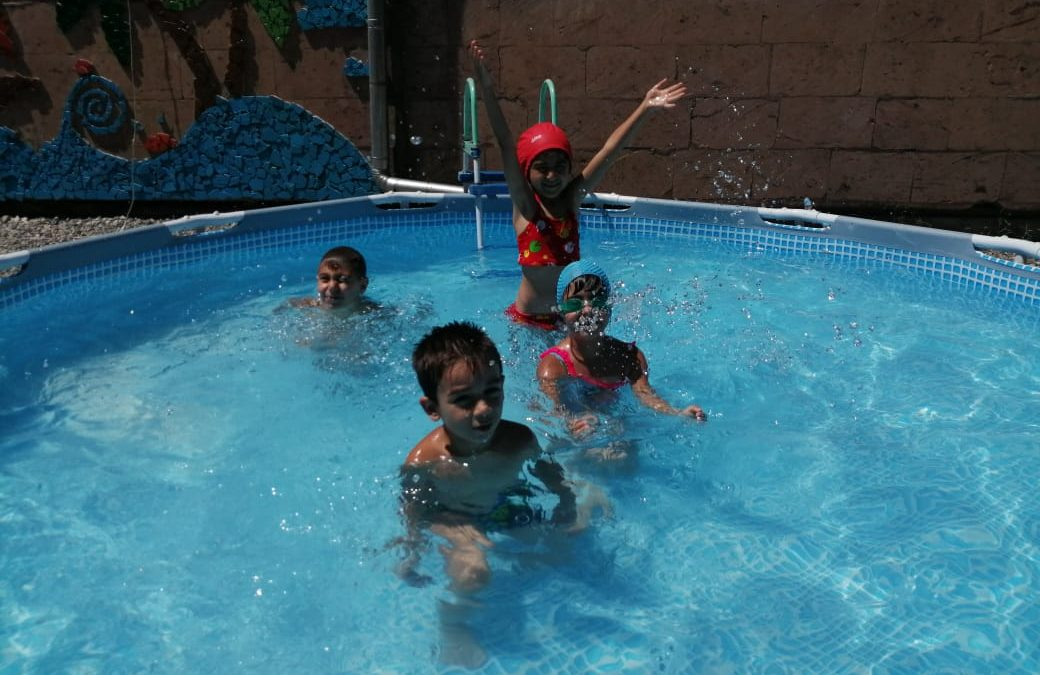 Ճամբարականների առաջին օրը ամառային ուրախ ճամբարում
